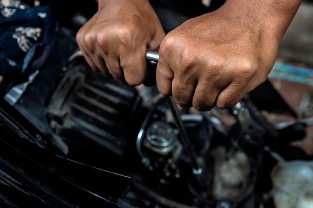 Meccanico che ripara una moto