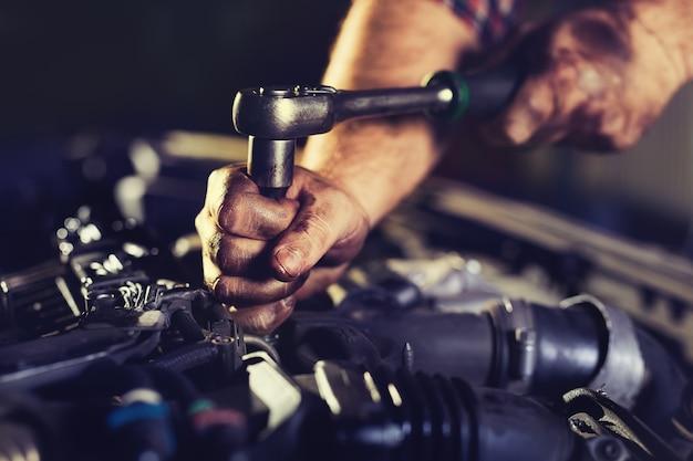 Meccanico di automobile nel servizio di riparazione automatica