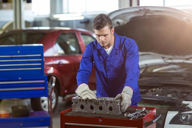 Meccanico il controllo di una parti di automobili