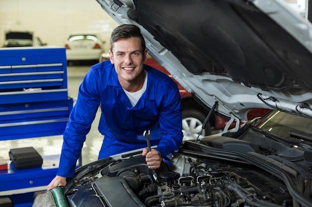 Meccanico manutenzione di un motore di un'auto