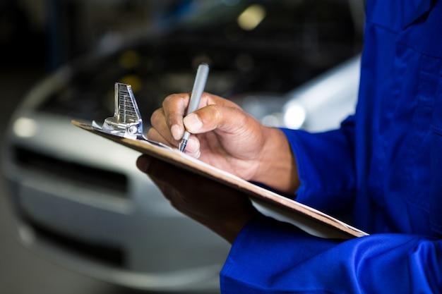 Meccanico preparare una lista di controllo