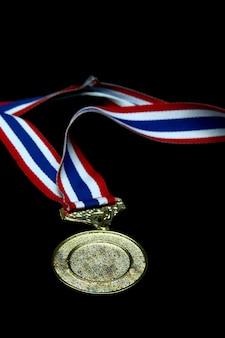 Medaglia d'oro in bianco isolata con il nastro tricolore