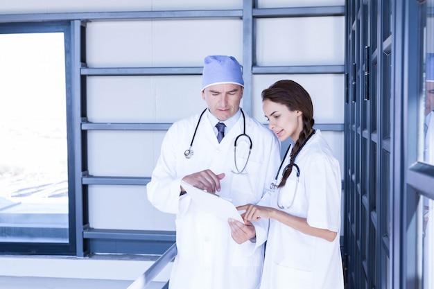 Medici che controllano un referto medico in ospedale