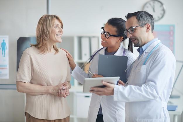 Medici che discutono il trattamento con il paziente
