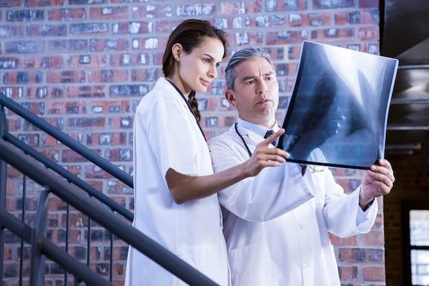 Medici che esaminano il rapporto dell'ascia sulla scala in ospedale