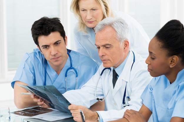 Medici che esaminano il referto dei raggi x.