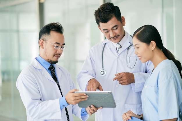 Medici che leggono i dati sulla tavoletta digitale