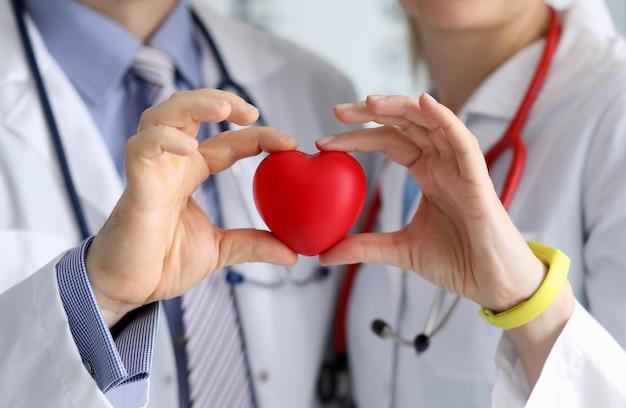 Medici che mostrano il simbolo del cuore