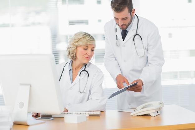 Medici che utilizzano compressa digitale presso studio medico