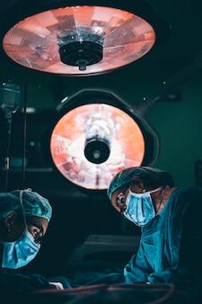 Medici chirurghi che lavorano in sala operatoria