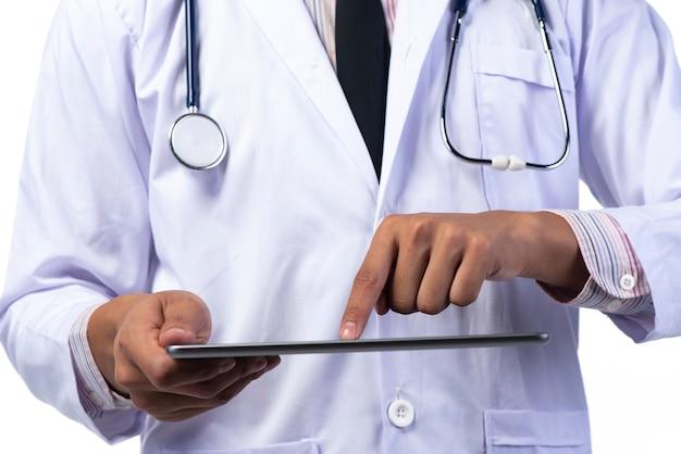 Medici con lo stetoscopio del cappotto e del cuore dell'abito del medico, isolato su bianco