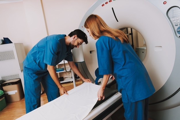 Medici di radiologia maschile e femminile presso ct machine.