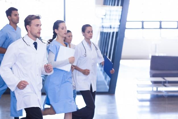 Medici e infermieri che si precipitano per un'emergenza in ospedale
