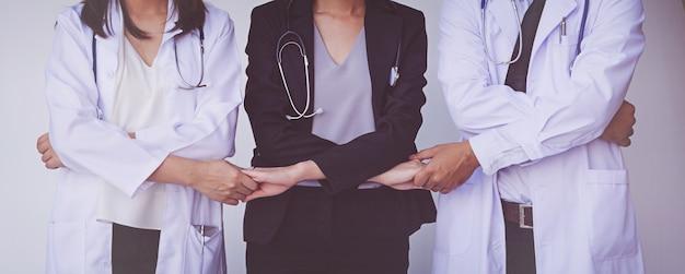 Medici e infermieri coordinano le mani. concetto di lavoro di squadra