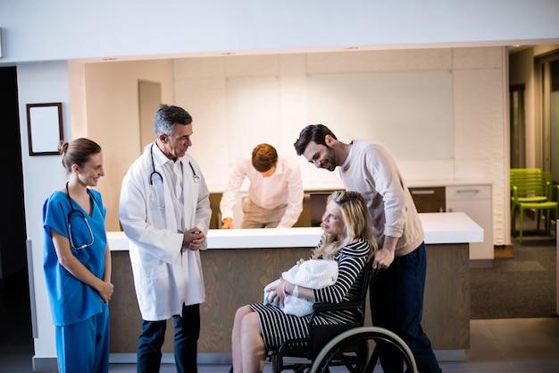 Medici e pazienti che interagiscono tra loro