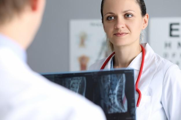 Medici presso l'ufficio clinico