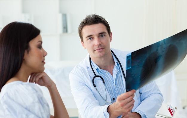Medici sicuri che analizzano i raggi x