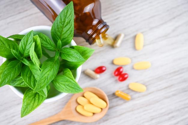 Medicina alternativa, vitamine e integratori naturali su legno