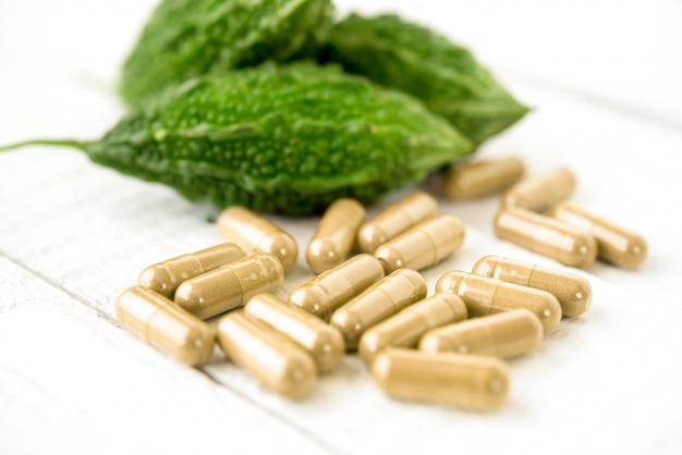 Medicina di erbe amara della pianta del cetriolo o della zucca sotto forma di capsule