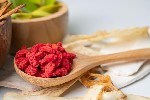 Medicina di erbe cinese con bacche di goji per una buona salute