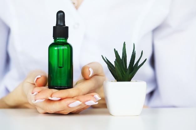 Medicina di erbe. lo scienziato, il dermatologo produce in laboratorio il prodotto cosmetico con erbe naturali organiche. concetto di bellezza cura della pelle sana. crema, siero.
