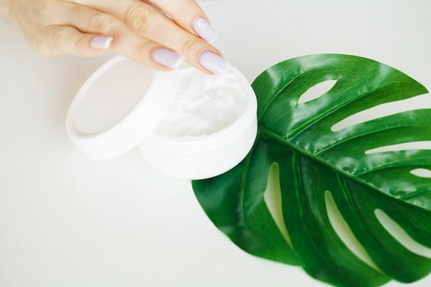 Medicina di erbe. produzione e confezionamento di prodotti cosmetici. cosmetico viso idratante. concetto di prodotto di bellezza, esperimenti di dottore e medicina