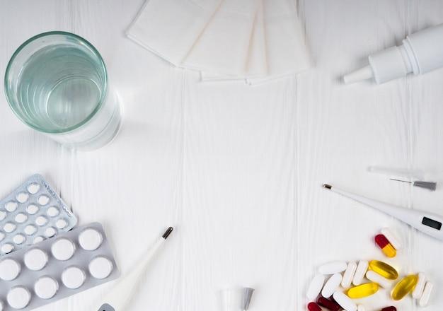 Medicina, droghe. pila di confezioni di pillole colorate e bottiglie.