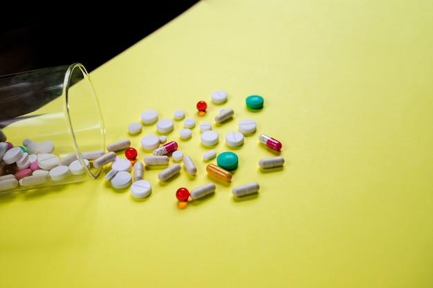 Medicina e capsule pillole medicina, antibiotici dal vetro.