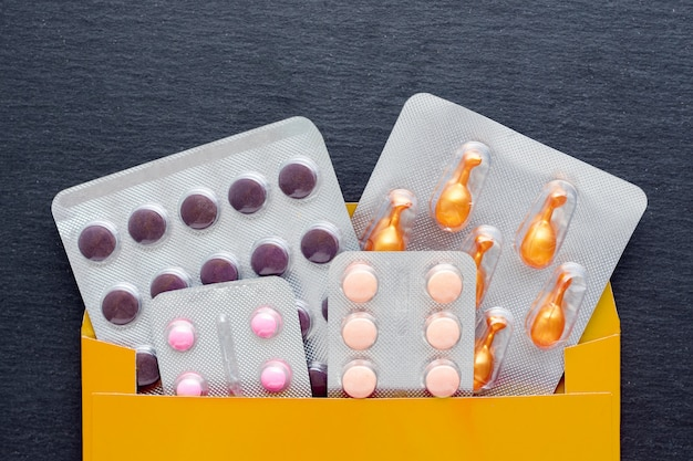 Medicina farmaceutica e integratore con capsule e compresse in confezione. trattamento medico che aiuta l'attività, il supporto per la salute e il sistema immunitario. ricezione di un ordine internet in una busta.