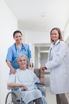 Medico accanto a un paziente su sedia a rotelle