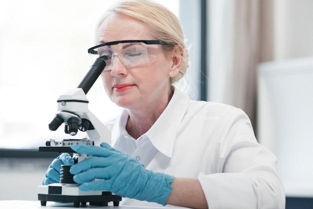 Medico analizzando con un microscopio