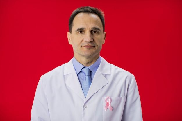 Medico anni '40 con nastro rosa. concetto di consapevolezza del cancro su rosso