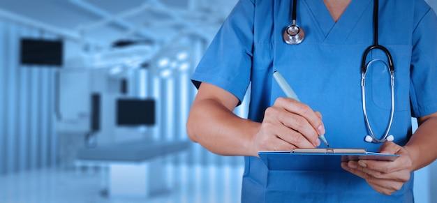 Medico astuto di successo con la sala operatoria