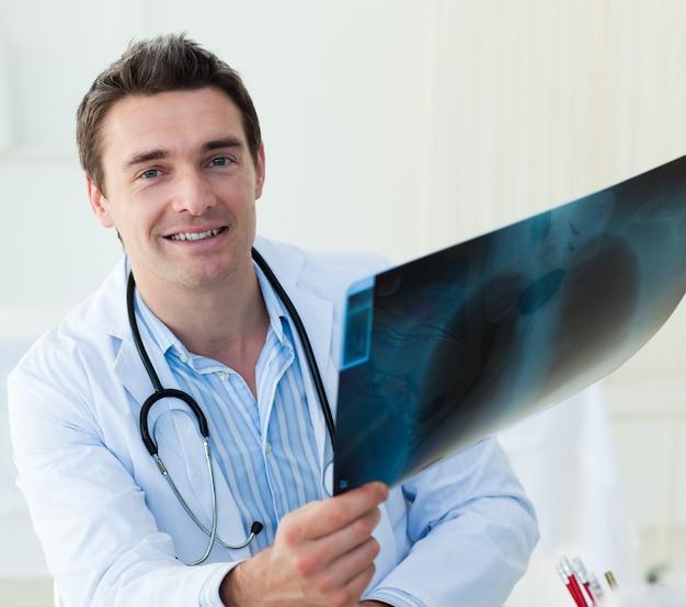Medico attraente che esamina una radiografia