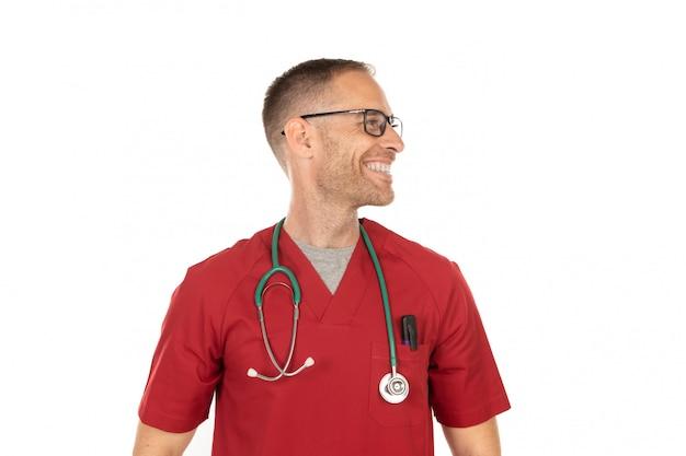 Medico bello pensieroso con gli occhiali