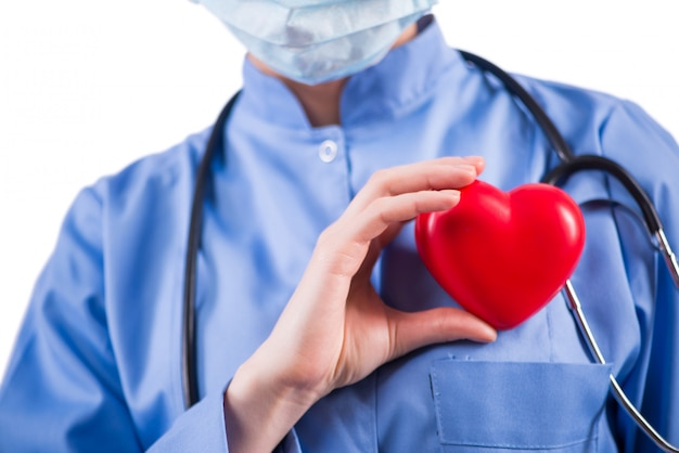 Medico cardiologo isolato su sfondo bianco
