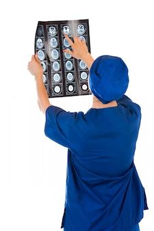 Medico che analizza fotografia dei raggi x isolata su fondo bianco
