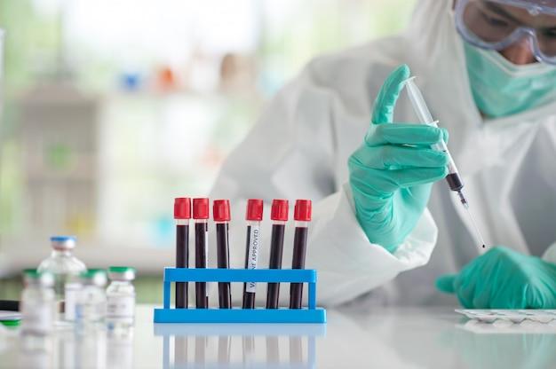 Medico che collauda il vaccino di ricerca del campione di sangue