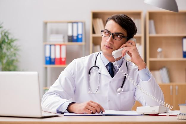Medico che consulta il paziente per telefono