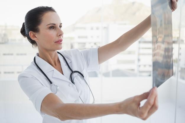 Medico che controlla un raggio dei pazienti