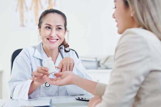 Medico che cura il paziente