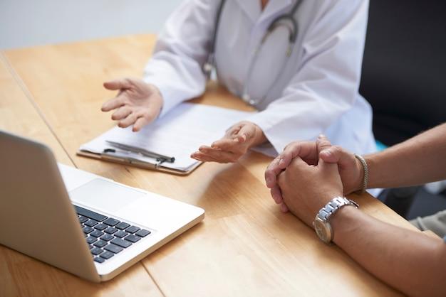 Medico che discute di un intervento chirurgico imminente