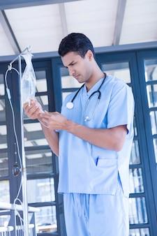 Medico che esamina flebo endovenoso in ospedale