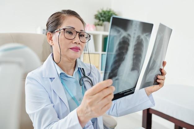 Medico che esamina i raggi x del torace