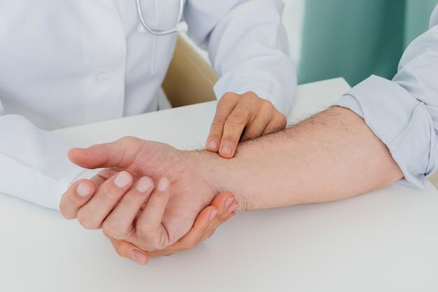 Medico che esamina il primo piano paziente