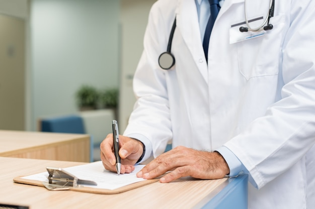 Medico che esamina referto medico