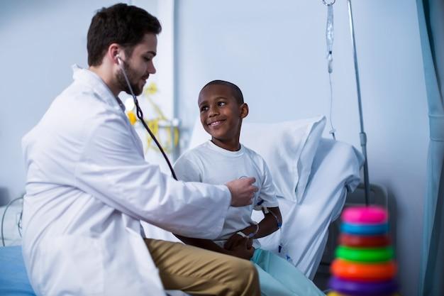 Medico che esamina un bambino con lo stetoscopio