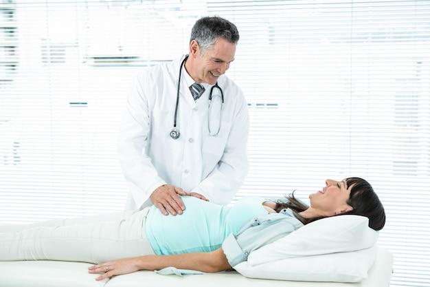 Medico che esamina una donna incinta in ospedale