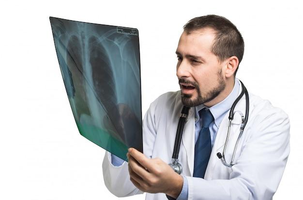 Medico che esamina una radiografia del torace e che sembra scioccato