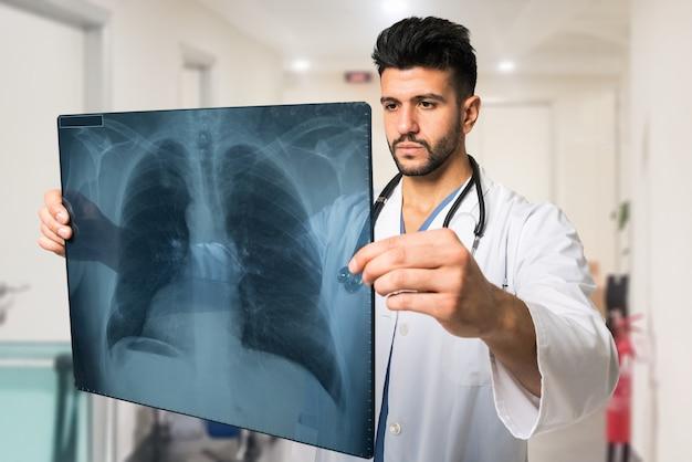 Medico che esamina una radiografia polmonare